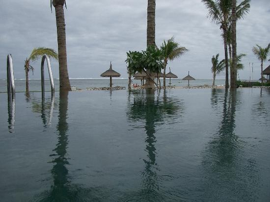 Heritage Awali Golf & Spa Resort: One of the infinity swimming pools