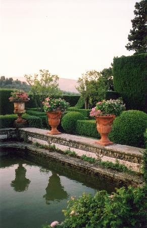 Villa Gamberaia: pots in the water garden