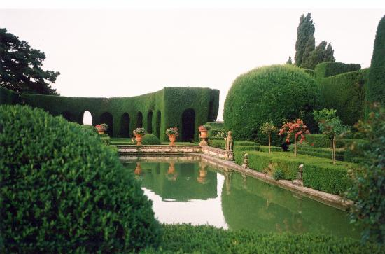 Villa Gamberaia: collanade made of cypresses