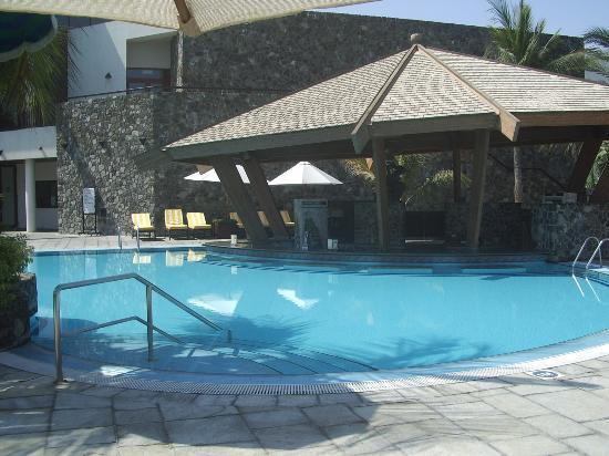 JA Jebel Ali Beach Hotel: Empty swimming pool and pool bar!!!!