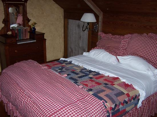 Gruene Mansion Inn Bed & Breakfast: Honeymoon Hayloft Bed Upstairs
