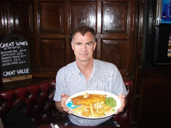 Apartment By Castle: Fish and chips at (Greyfriars) Bobby's Bar