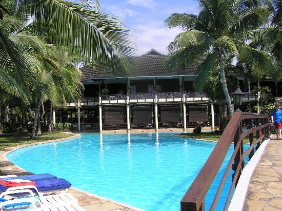 Flamingo Beach Resort & Spa: Flamingo Pool and Dining Room