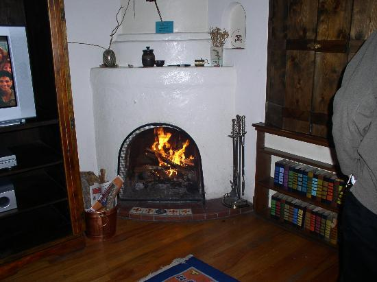 Casas de Suenos Old Town Historic Inn: Room Interior - Fireplace
