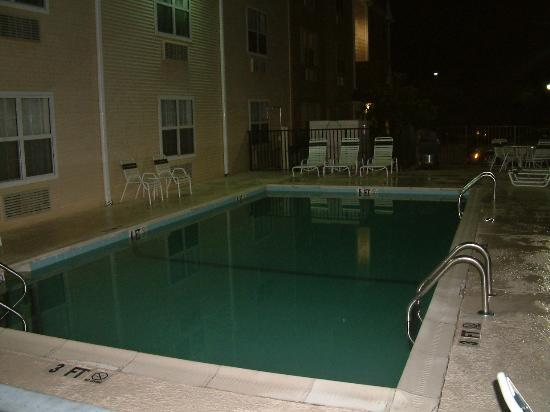 TownePlace Suites Savannah Midtown: The Pool at Night
