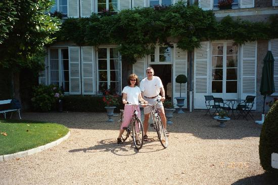Hotel Le Manoir les Minimes : Heading out from the courtyard