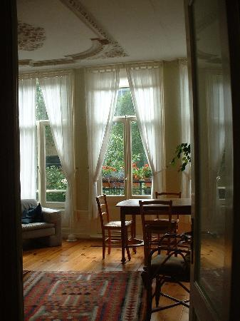 Amsterdam Bed and Breakfast: The front room which faces the street
