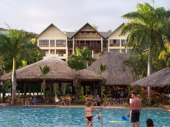 Outrigger Fiji Beach Resort: Pool with hotel in background
