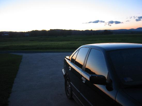 Kingsbury Country Inn: Beat up car against the sunset =)