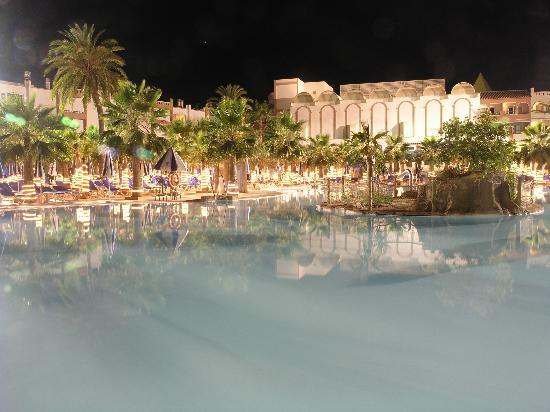 Vera Playa Club Hotel: Pool at night
