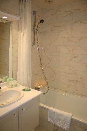 Dragon Saint Germain des Pres Apartments: Curtain for the shower