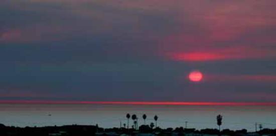 แกรนด์แปซิฟิกพาลิเสดส์ รีสอร์ท แอนด์ โฮเต็ล: Sunset from the pool area