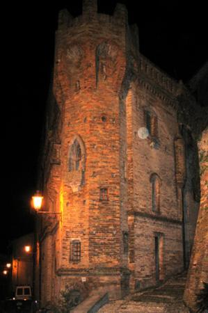 Loreto Aprutino, İtalya: Night view of detail of castle