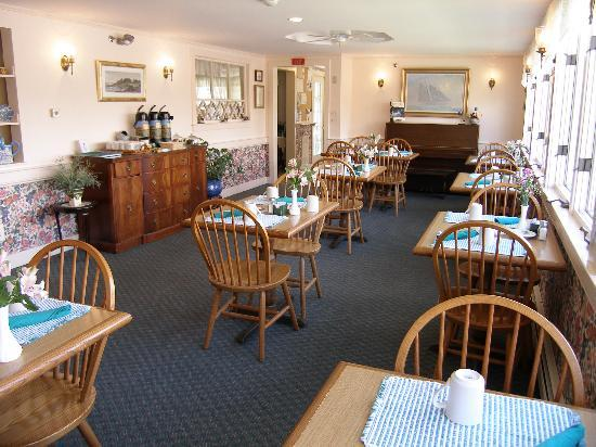 The Edgewater Inn: Dining area
