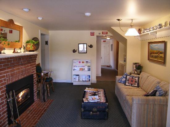 The Edgewater Inn: Living room
