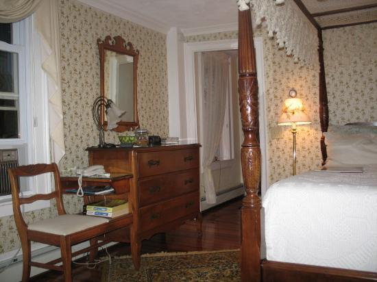 Historic Jacob Hill Inn: My room - The Colonial