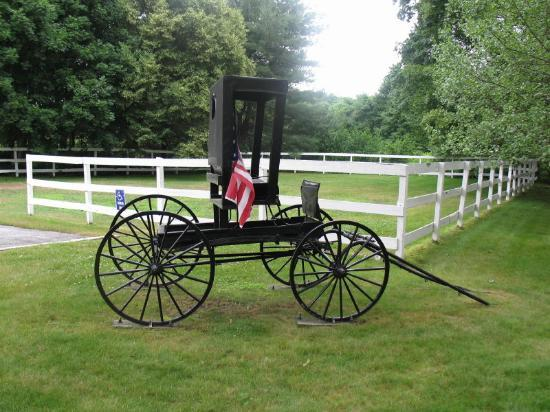 Historic Jacob Hill Inn: The Carriage greets you from the street