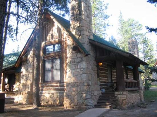 Bryce Canyon Lodge: The outside of a cabin