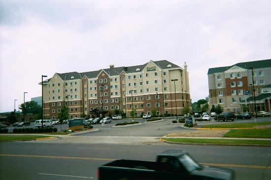 Staybridge Suites Minneapolis Bloomington : StayBridge Suites full building on Left side
