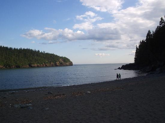 Alma, Kanada: The same beach at a higher tide.