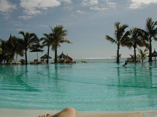 Paradis Beachcomber Golf Resort & Spa: View from pool out to reef