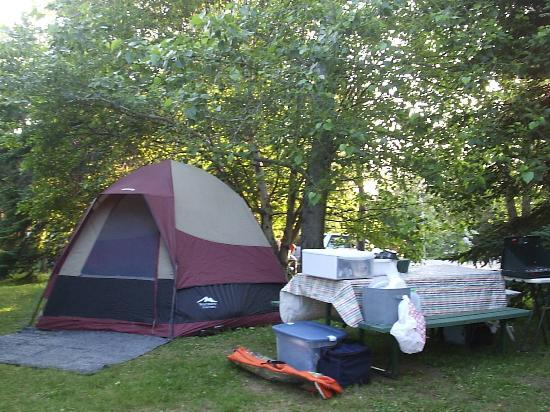 Rivière du Loup, Canada : This is a very typical campsite at the park. The campground is neat and well cared for.