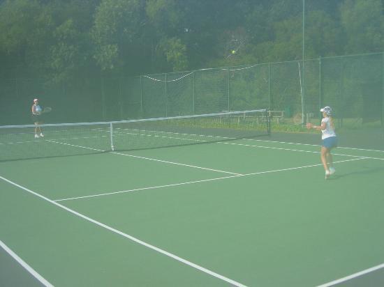 Hilton Head Island Beach & Tennis Resort: Using one of our 2 free hours of tennis