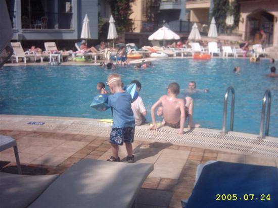 Club Anastasia: a hot day in the pool ,47 degrees