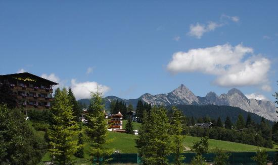 Seefeld in Tirol, Österreich: Hotel Seelos and Mountain Background