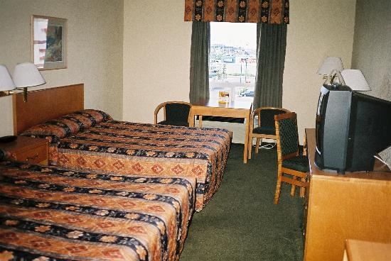 Days Inn - Calgary Airport: A view of the beds in Room 323