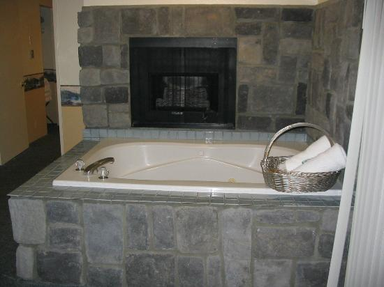 Fireside Lodge: inroom hot tub w/ fireplace