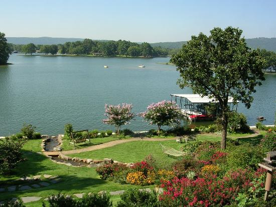 Lookout Point Lakeside Inn: The grounds at the Inn