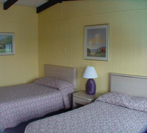Amethyst Beach Motel: Beach Motel Rooms