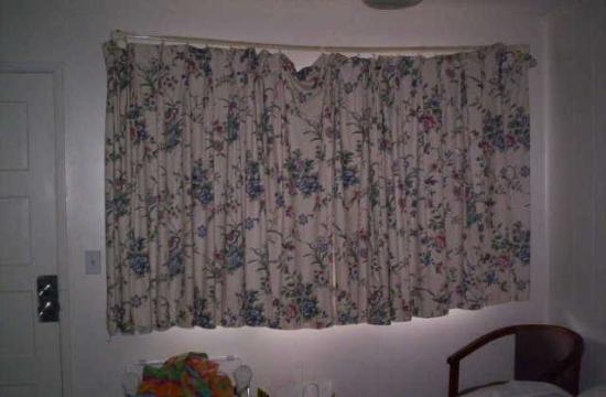 Shores Inn & Suites: Beatiful Window Coverings