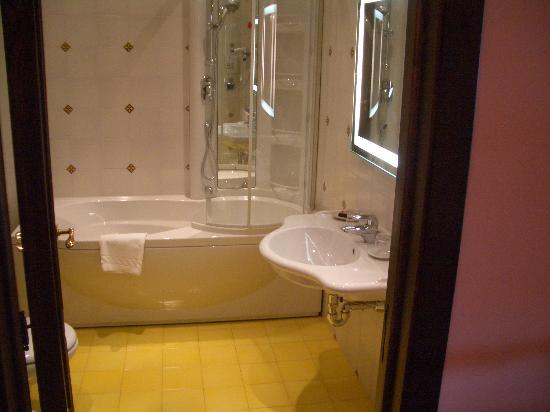 Hotel Villa Ducale: our bathroom