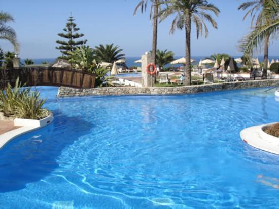 Hotel Fuerte Conil - Costa Luz: The large pool area with bridge