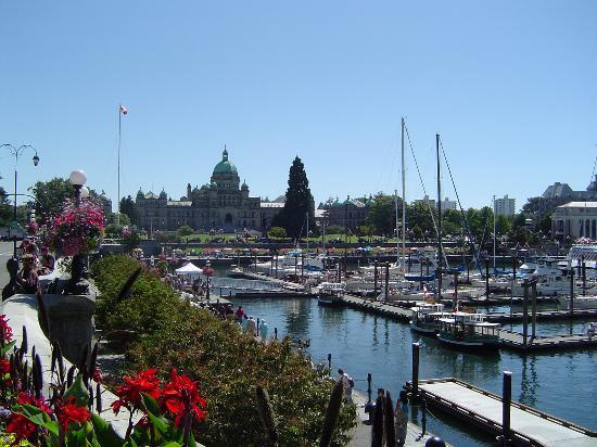 Howard Johnson Hotel Victoria: Victoria's Legistation Building & Harbor