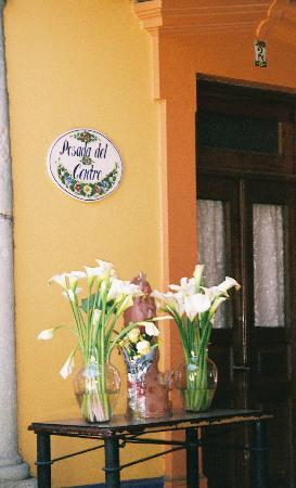 Hotel Posada del Centro: Flowers greet you as you enter the Hotel