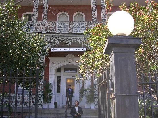 St. Vincent's Guest House: Waitng for Cab to leave St. Vinent's