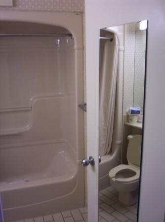 Comfort Inn Cambridge: our clean shower