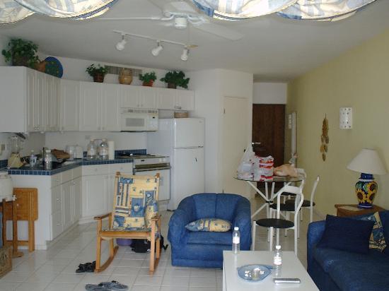 Mira Vista Condominiums: full kitchen