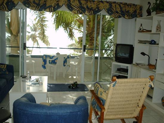 Mira Vista Condominiums: living room