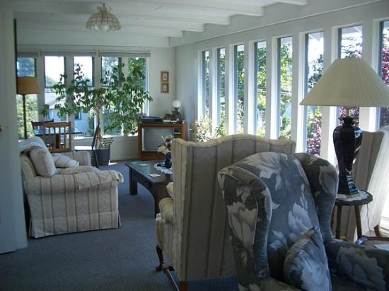 Oak Bay Guest House: Sunroom