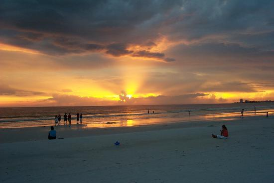 Tropical Beach Resorts : Sunset!