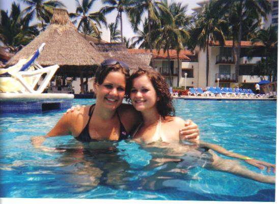 Holiday Inn Resort Ixtapa : me and my friend in the pool! The swim up bar behind us... best part!