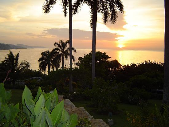 Round Hill Hotel & Villas: Sunset viewed from villa front lawn
