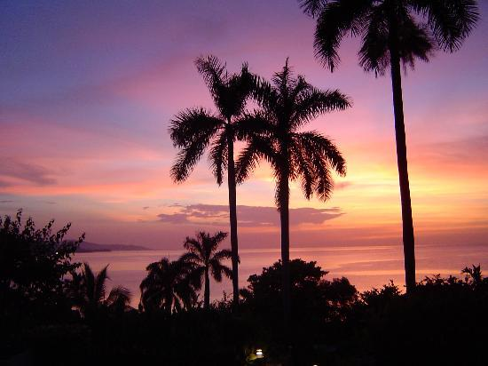Round Hill Hotel & Villas: Another sunset shot