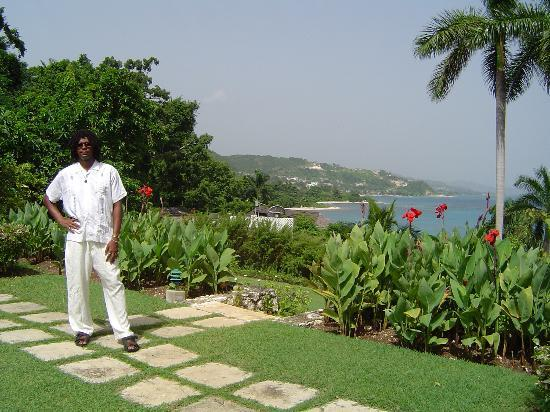 Round Hill Hotel & Villas: My husband on the front lawn of our cottage