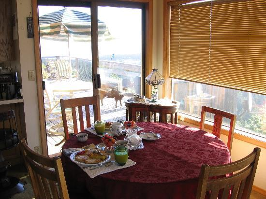 Double Mountain Bed and Breakfast: Dining Room - with the Deck outside