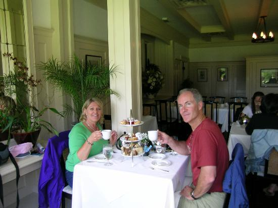 Abbeymoore Manor Bed and Breakfast Inn: Tea at Butchart Gardens